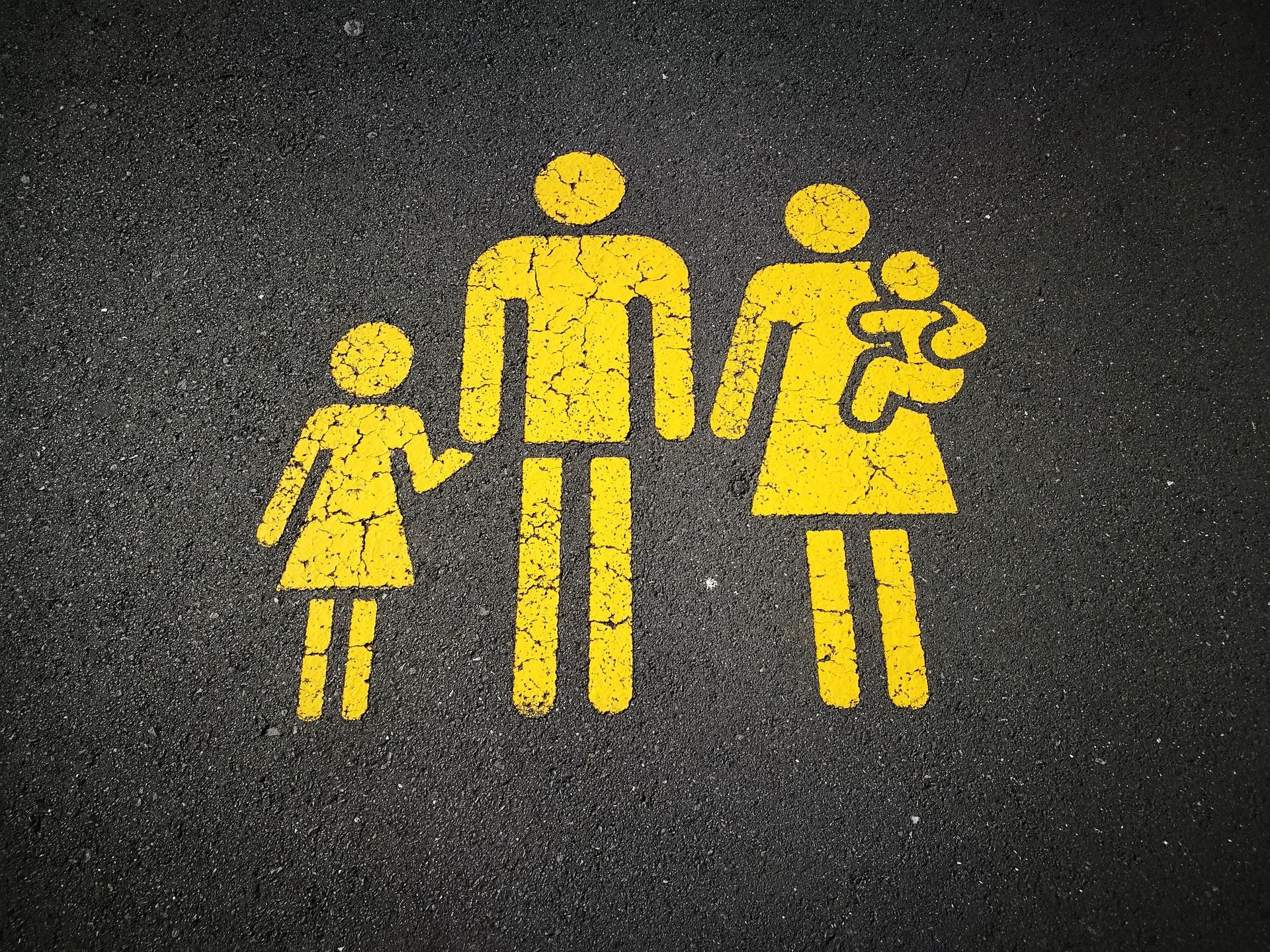 Trafik işareti standartlarına uygun spery boya ile zemine aile resmi çizilmiş.