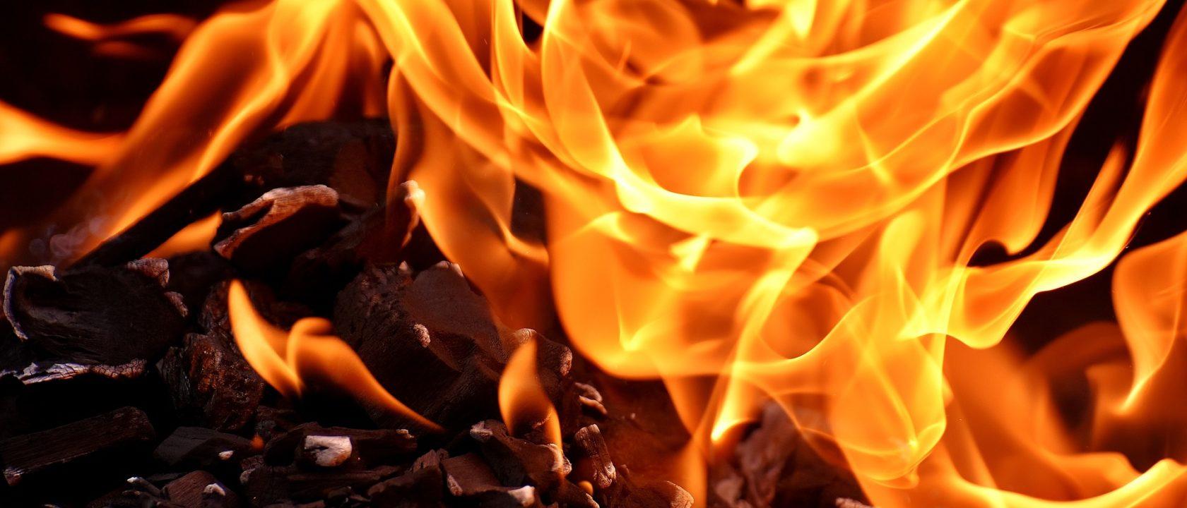 Küllerin üzerinde alevler çılgınca yanıyor.