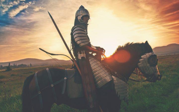 Zırhını kuşanmış bir atlı.