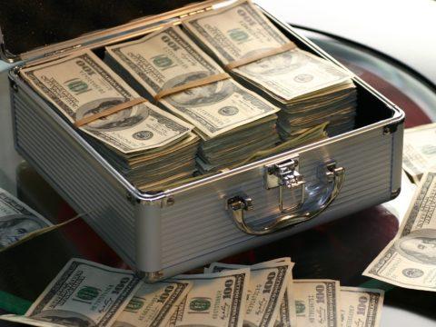 Demir bir çantanın içinde para balyaları.
