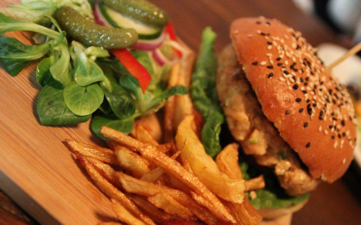 Hamburger ve patates kızartması.