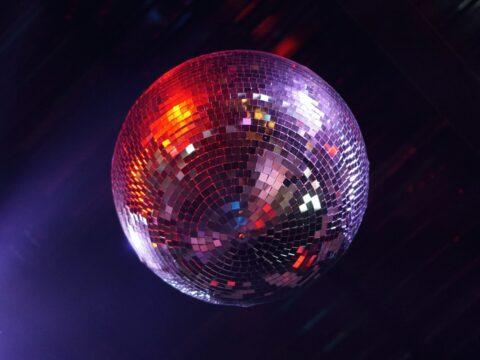 Tavanda ışıl ışıl parlayan aynalı disko topu.
