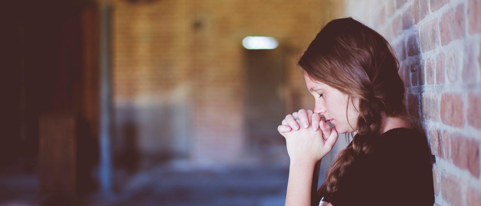 Dua eden kadın.