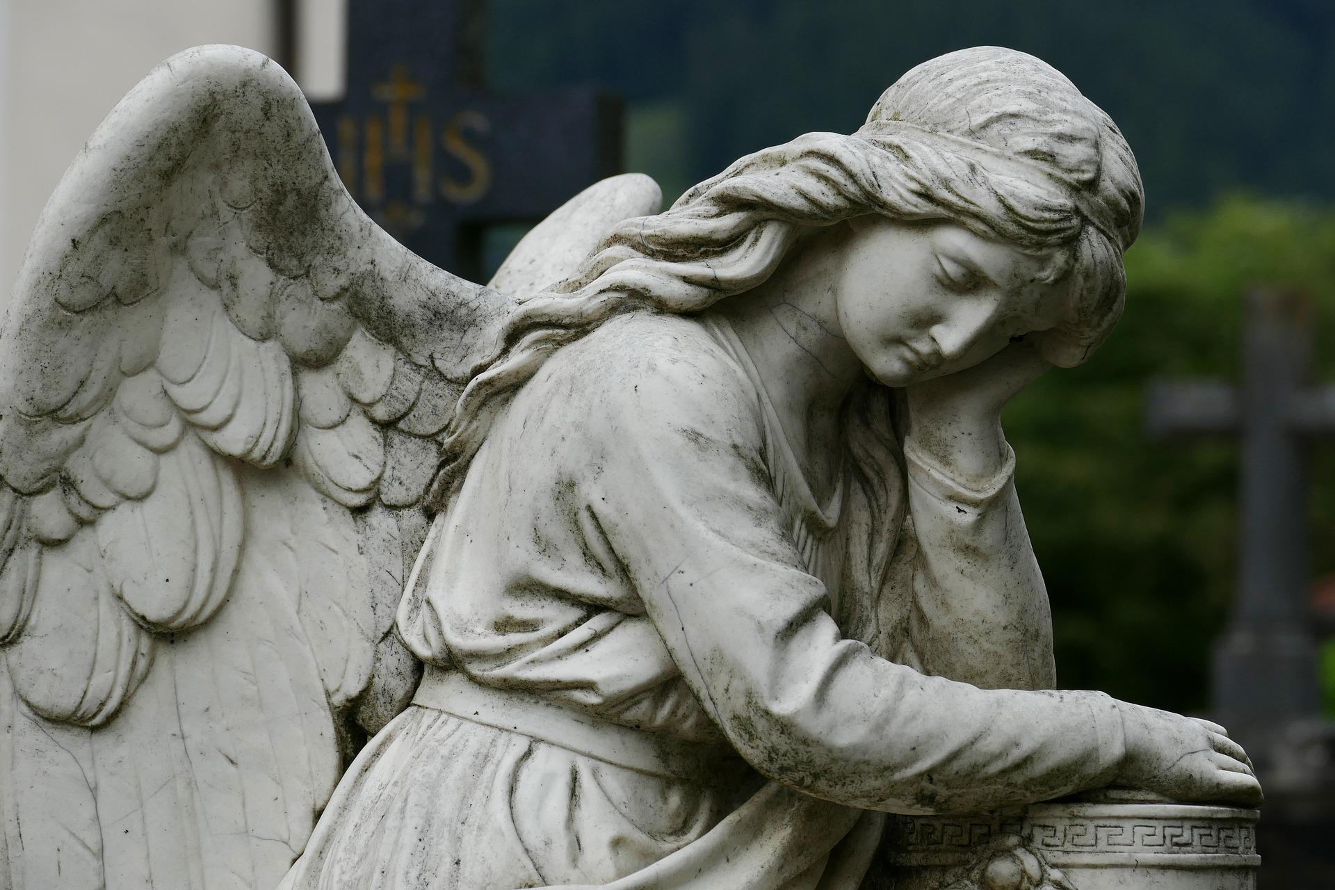 Düşünen bir melek heykeli.