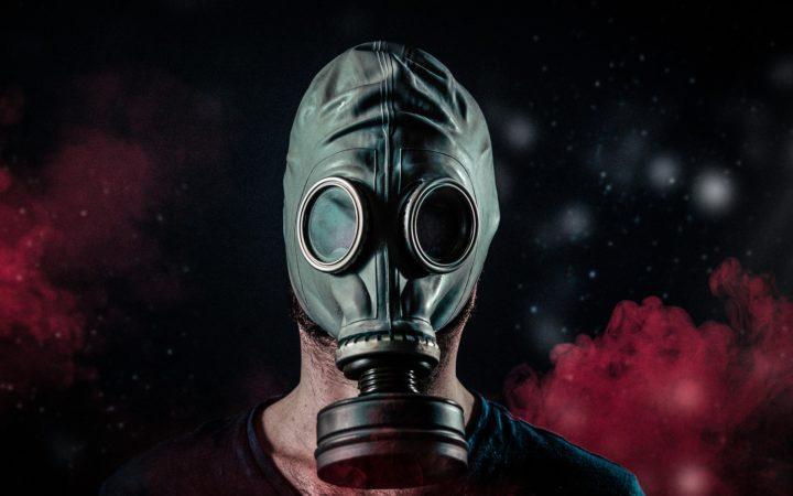 Gaz maskeli korkunç adam bize bakıyor.