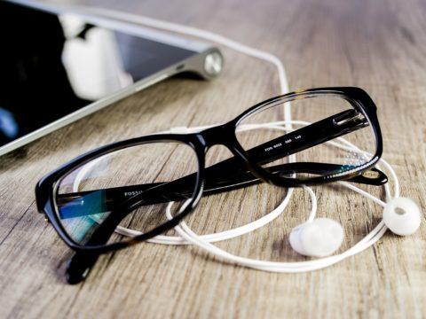 Gözlük ve kulak içi kulaklık.