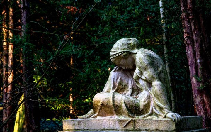 Taşın üzerinde oturan heykel, umudunu yitirmiş görünüyor.
