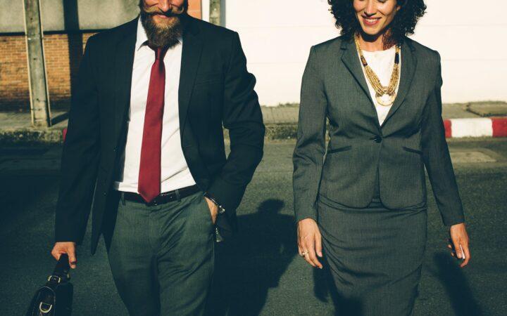 Resmi giyimli iş arkadaşları yürüyüş yaparlarken.