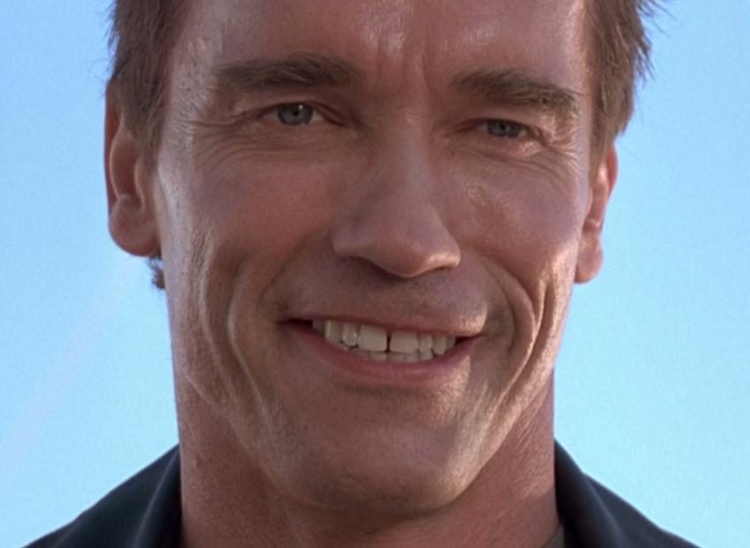 Terminatör'e hiç yakışmayan garip bir gülümseme. (Filminde silinen sahnelerden biri.)