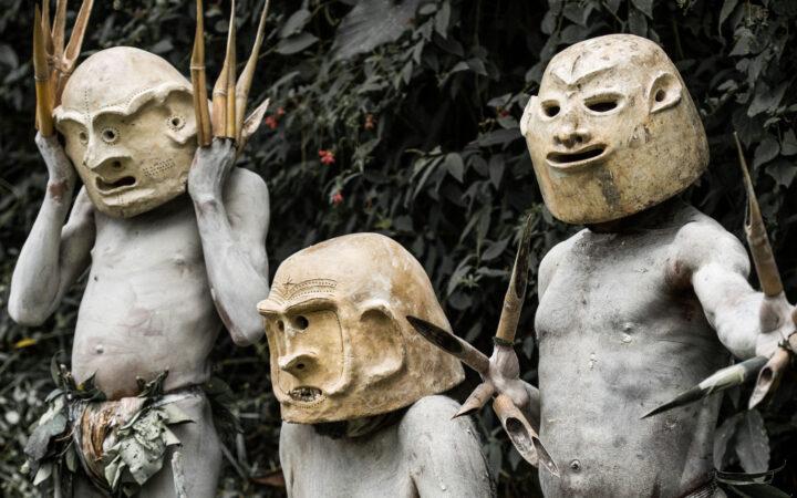 Bir kabilenin yerlileri, geleneksel kıyafetleriyle gösteri yapıyor.