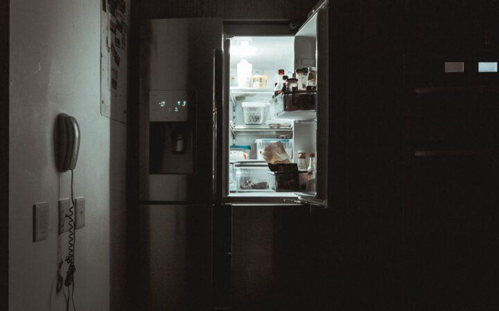 Kapağı açık buz dolabı karanlık mutfağı aydınlatıyor.