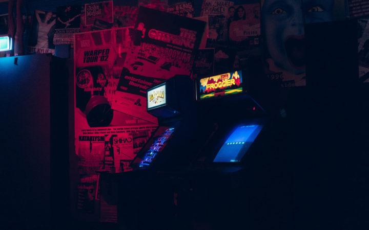 Kırmızı Ambiyanslı Atari Salonu
