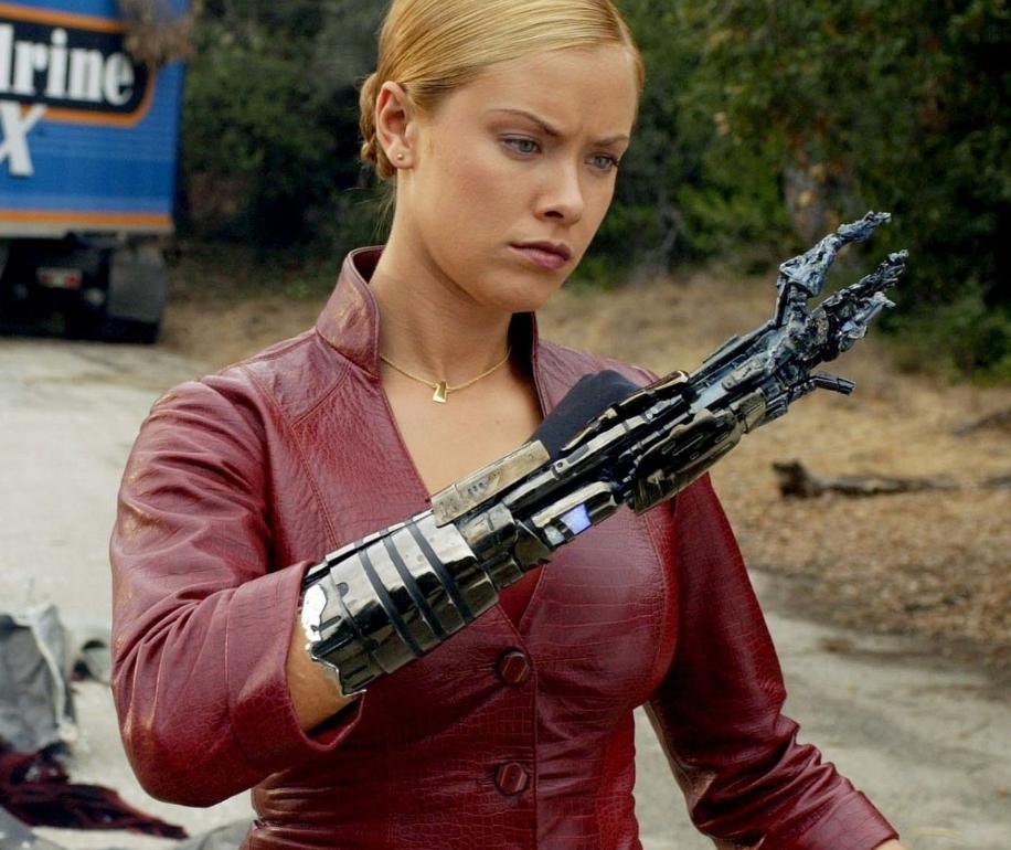 Terminatör 3 filminde gelen, çok güçlü kötü terminatör. Kolundan çıkan hasarlı lav silahını inceliyor.