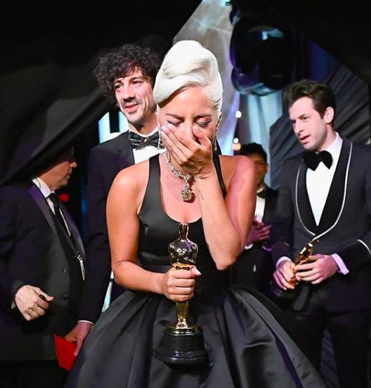 Lady Gaga aldığı Oscar'ı elinde tutup ağlarken.