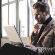 Laptop kullanan bir iş adamı.