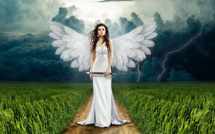 Elinde kılıç tutan güzel bir melek.
