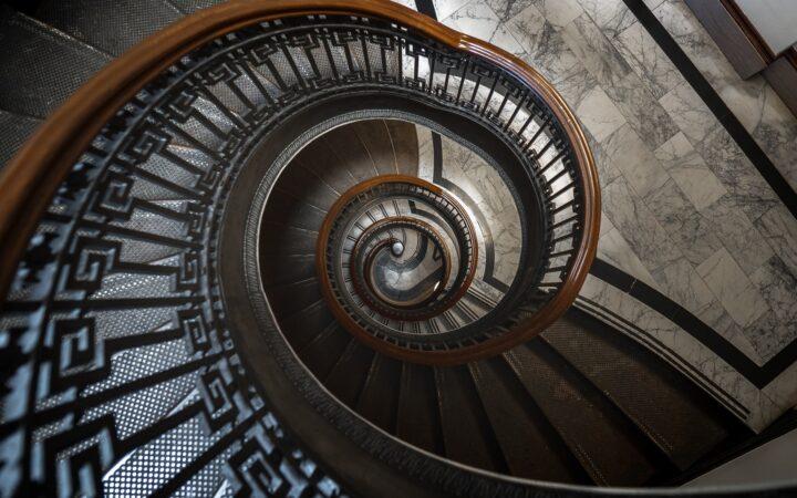 Spiral şekilde bir merdiven boşluğunun tepeden görünümü.