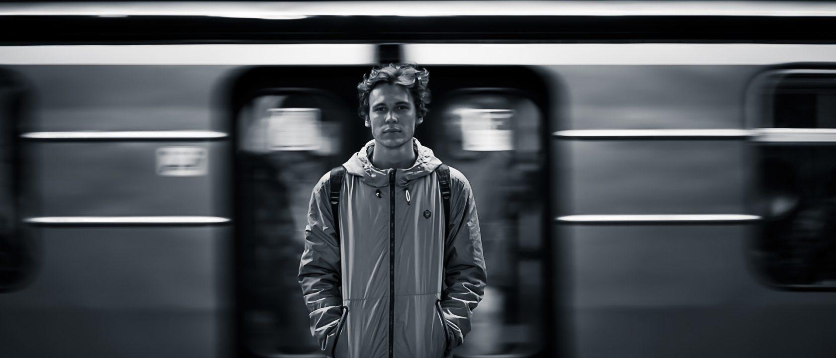 Metro istasyonunda bekleyen adam.