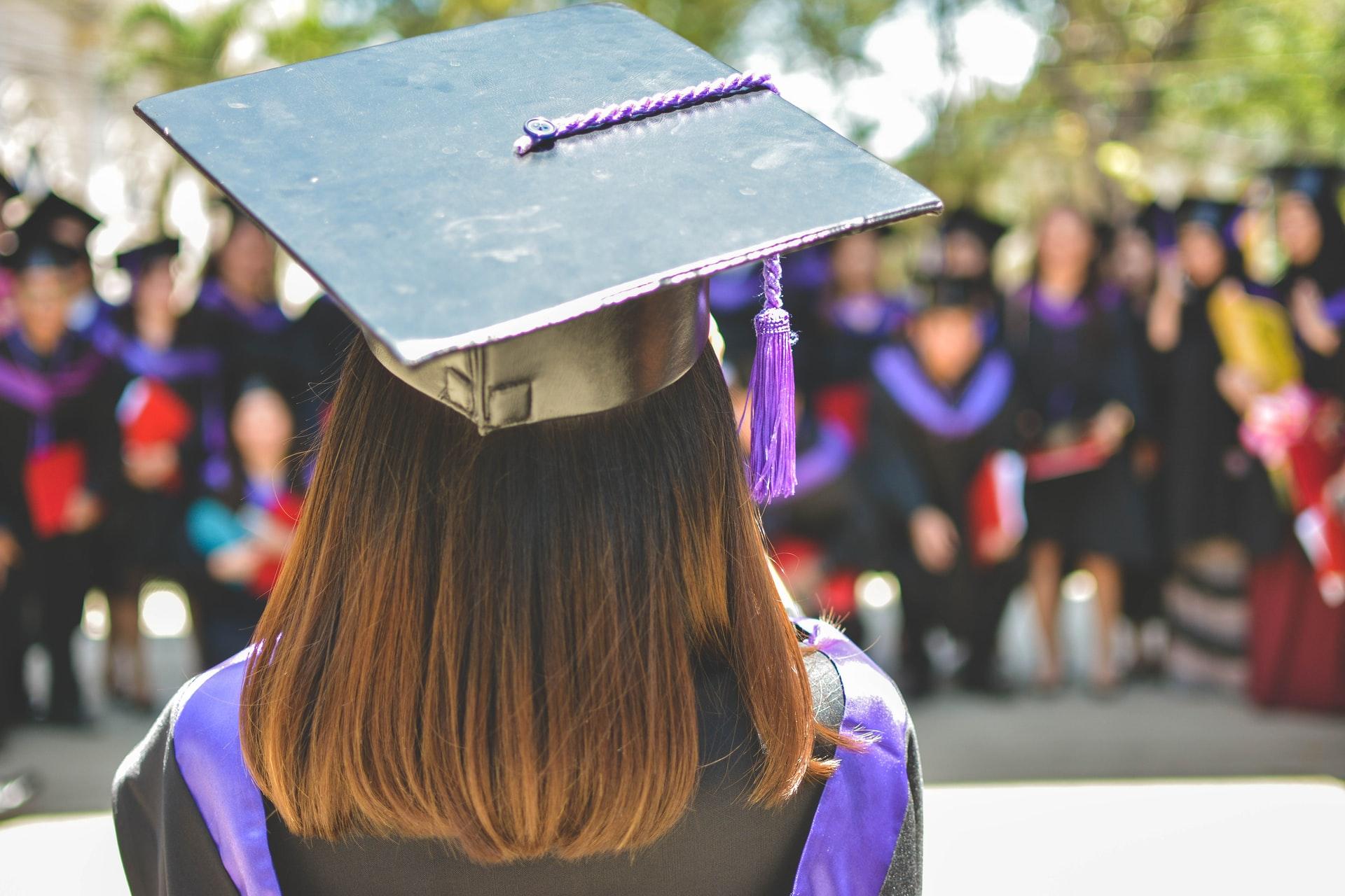 Mezuniyet töreninde bir kız diplomasını alıyor.