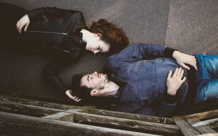 Mor hap erkeği kız arkadaşıyla yan yana uzanmış birbirlerine bakıyorlar.