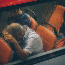 Otobüste koltuğuna yaslanarak uyuklayan amca.