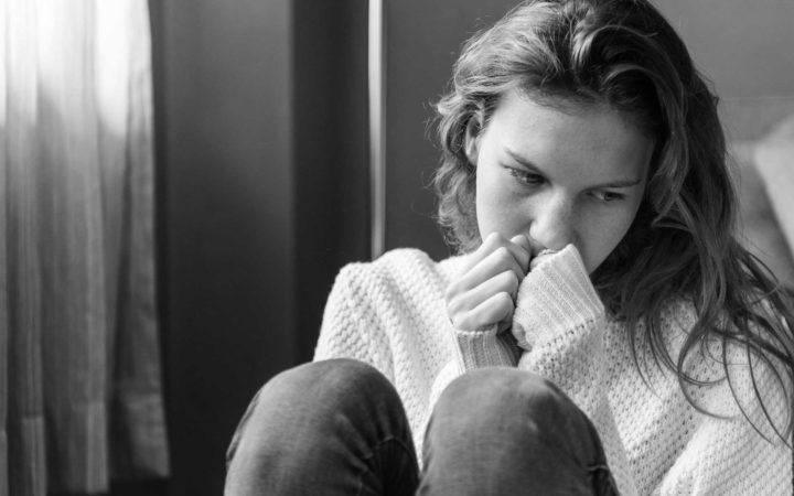 Depresyondan kurtulma yolu arayan düşünceli kadın.
