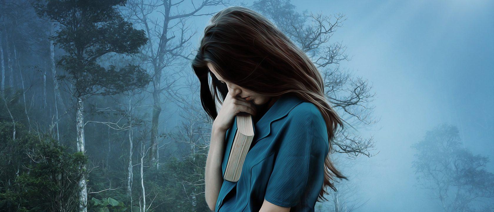 Kitabına sarılmış utangaç görünümlü kız.