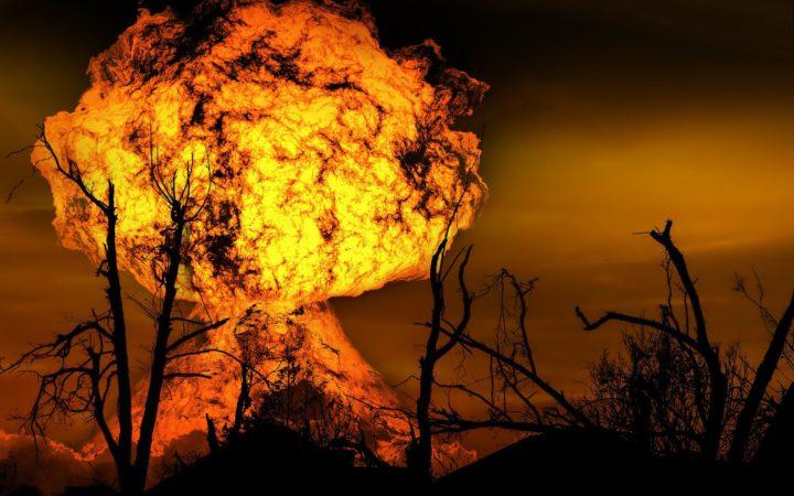 Mantar şeklinde nükleer bir patlama etrafı yıkmış.