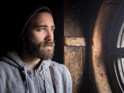 Pencereden bakan sakallı adam