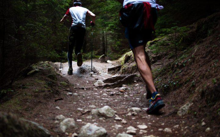 Güzel bir dağ yolunda sabah sporu yapan adamlar.