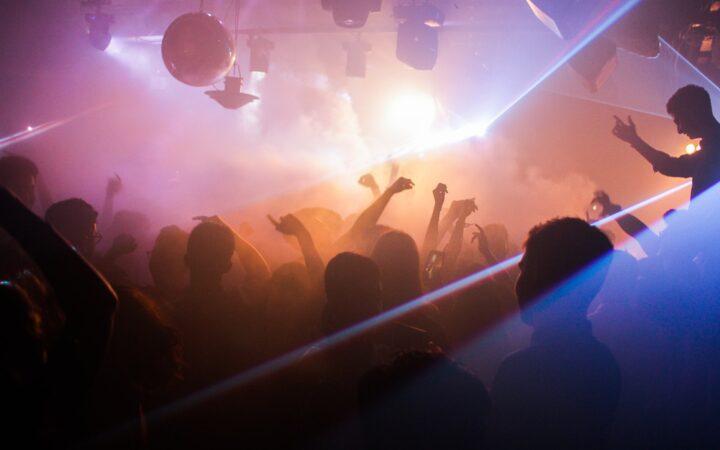 Gençlerin eğlenip coşarken sadece silüetlerinin göründüğü, duman içinde bir disko ortamı.