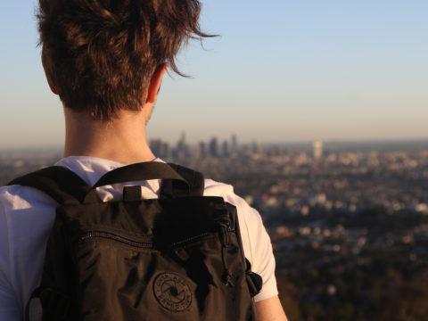 Şehire Uzaktan Bakan Sırt Çantalı Genç