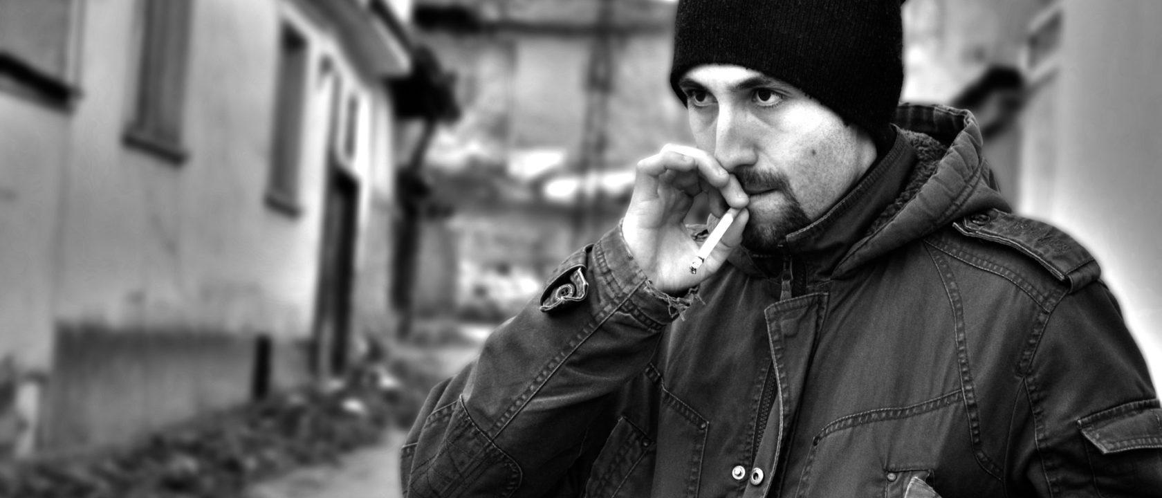 Sigarasından nefes çeken bir adam.