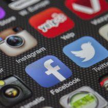 Telefon ekranındaki uygulama logoları.