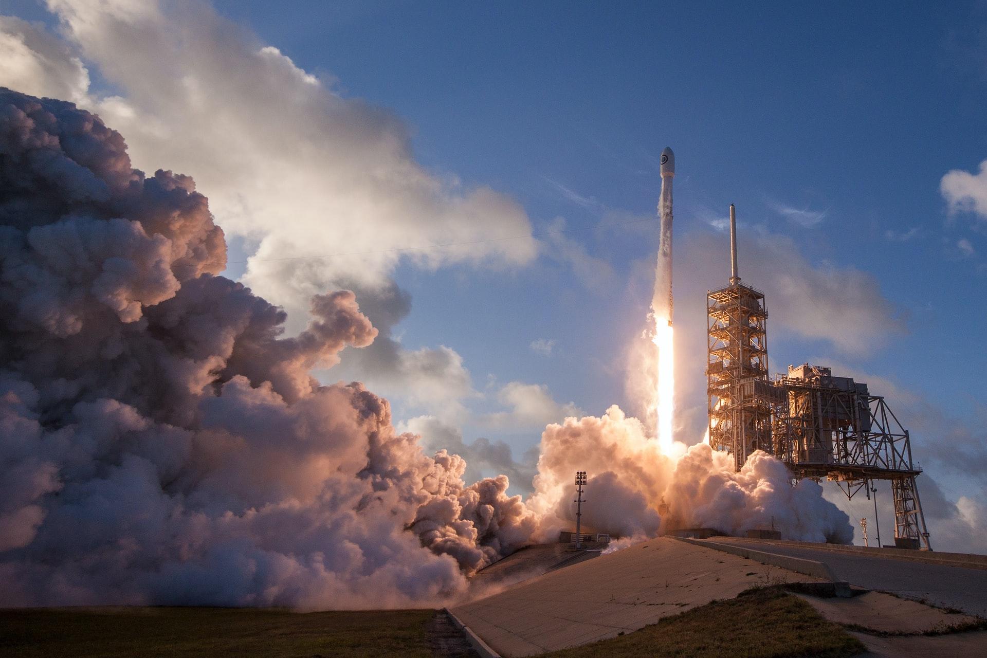 Space X projesinde uzaya ilk defa astronot yollanırken, roket ateşlenmiş.