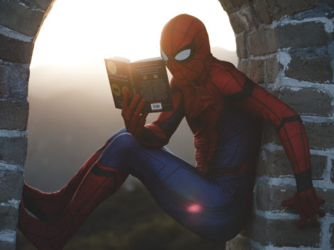 Spiderman kitap okuyor.