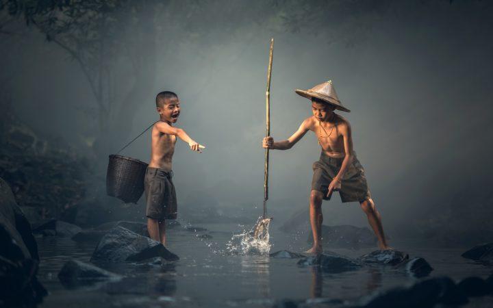 Balık avlayan çocuklar.