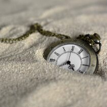 Kumların içine gömülmüş bir cep saati